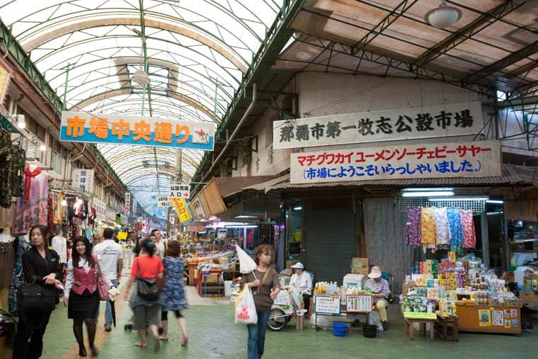 国際通りから市場本通りに入った先が市場です