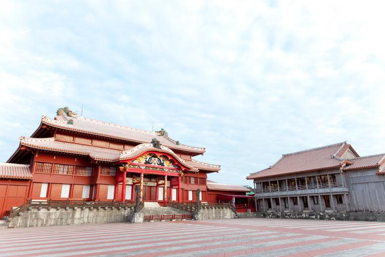 日本と中国、琉球の建築様式を取り入れた木造建築物