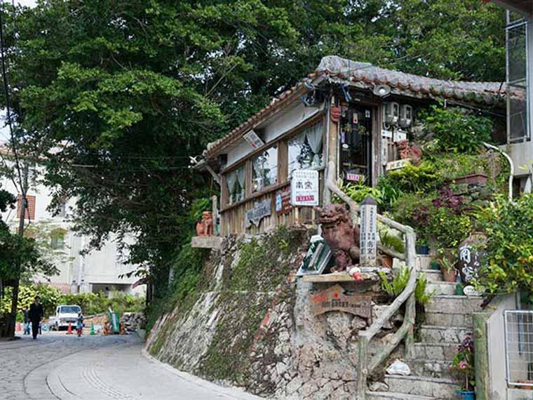石畳の通りには陶芸店やカフェなどが軒を連ねている