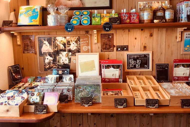 忠海港の売店にはうさぎのお土産物がいっぱい