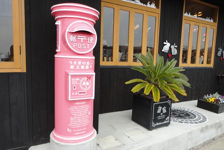 ピンク色の郵便ポスト