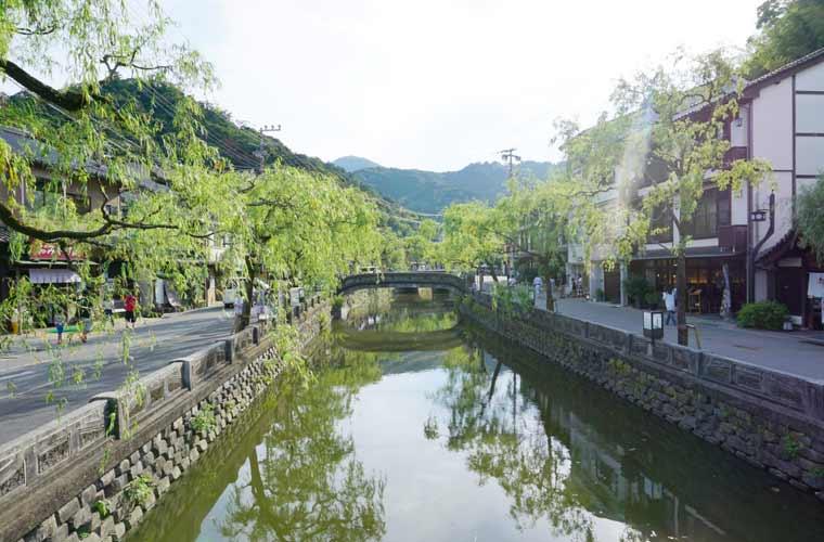 石橋としだれ柳が印象的な城崎温泉