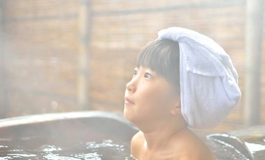 頭に濡れたタオルをのせる