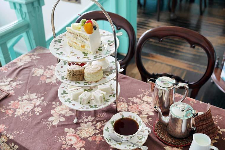 アリスのお茶会気分でスイーツと紅茶を