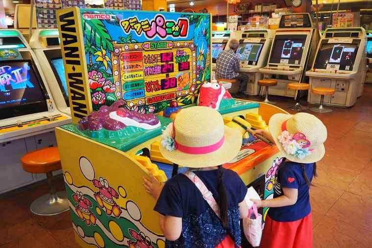 かすが娯楽場のゲームに夢中な子ども達