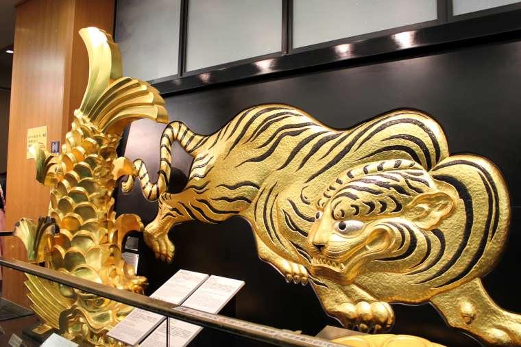 大阪城の博物館にある壁面を彩る「伏虎」
