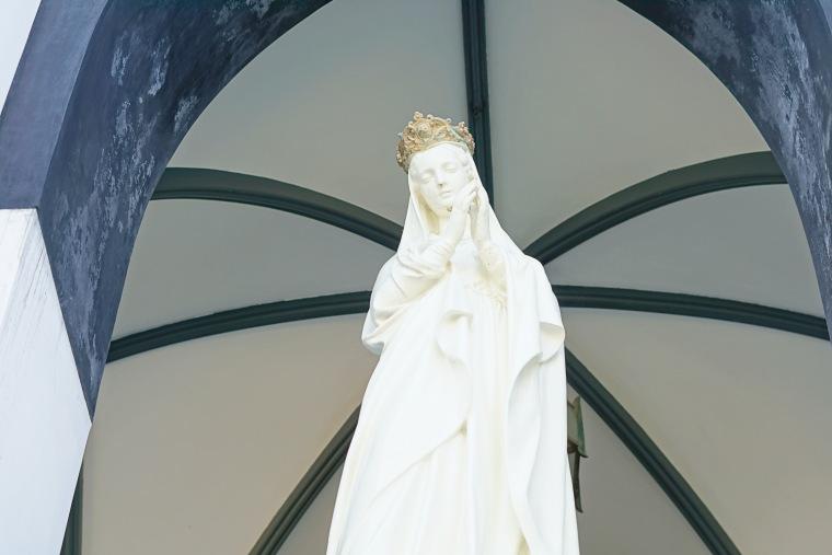 白亜の美しいマリア像