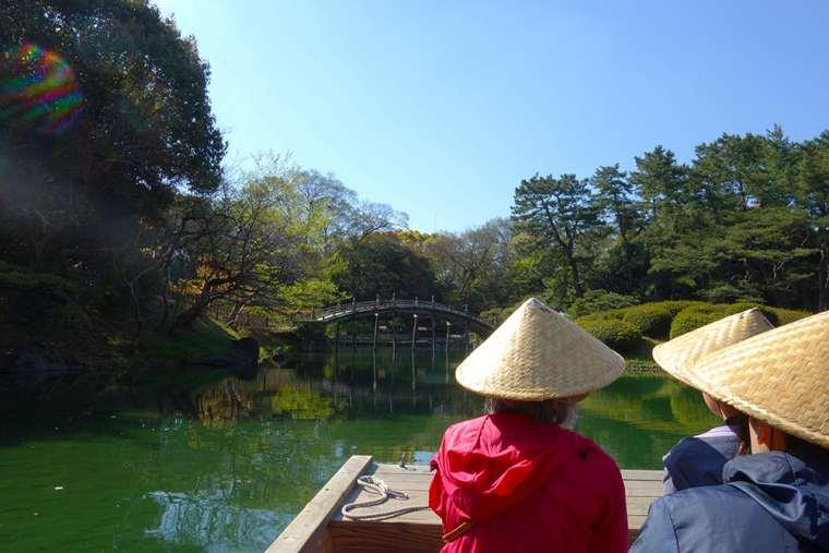 左奥に見える偃月橋(えんげつきょう)