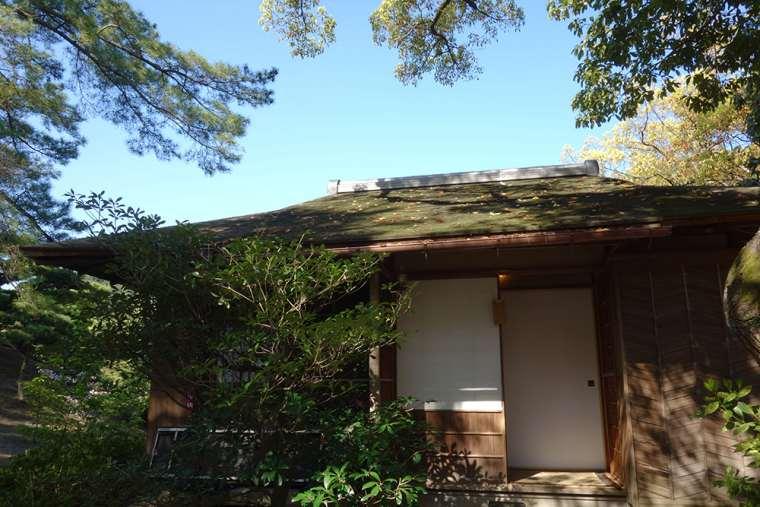 花園亭の向かいにある離れの茶室「泛花亭」