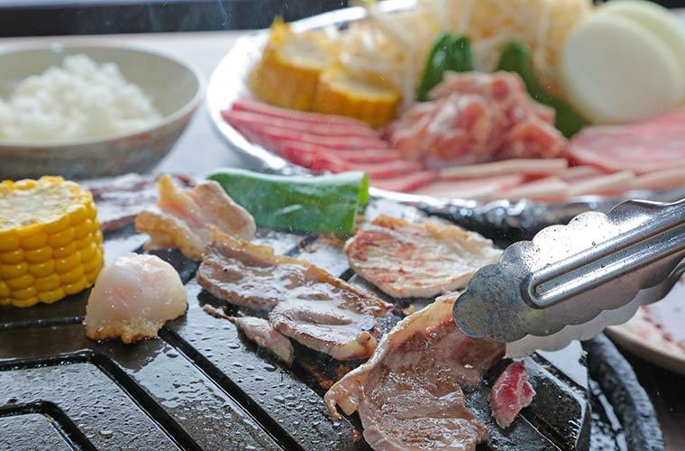 ラム肉、牛肉、豚ロース、鶏肉、野菜を鉄板で焼く「The・ジンギスカンランチ」