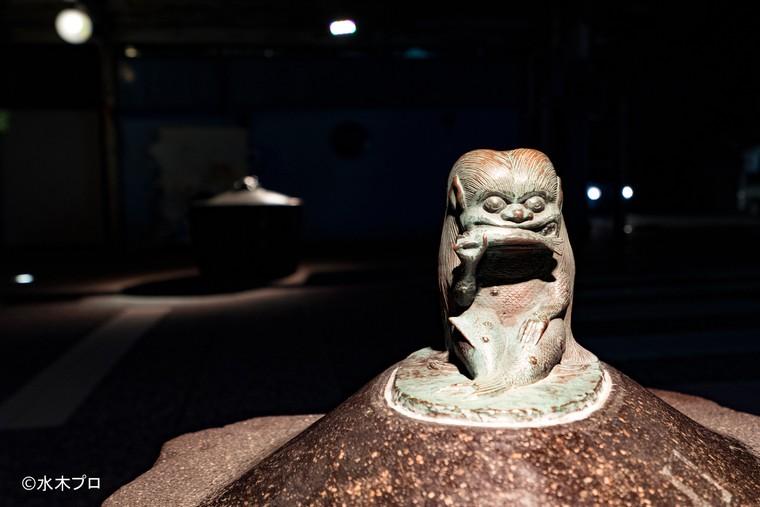 スポットで照らされた水木しげるロードのブロンズ像