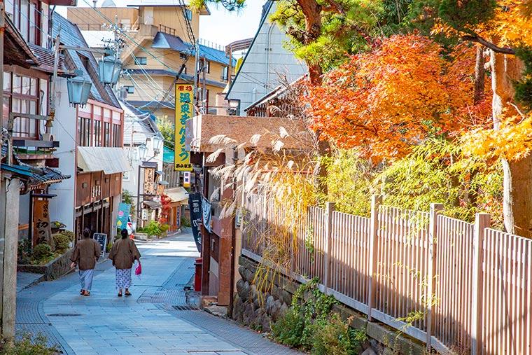 渋温泉街を歩く女性