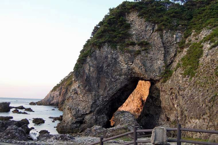 式根島 大浦海水浴場の夕日