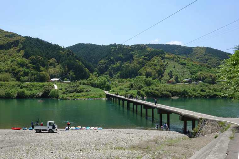 四万十川にかかる三里沈下橋