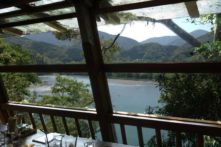 SHADE TREE COFFEEの店内から望む四万十川の絶景