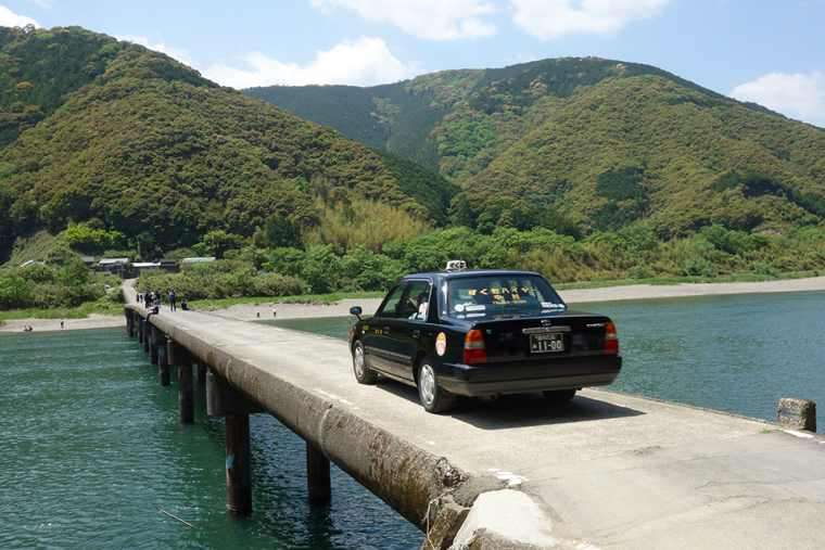 四万十川にかかる高瀬沈下橋を車が往来する