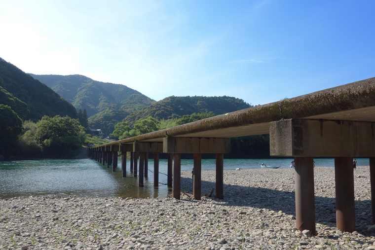 勝間沈下橋は橋脚が3本ある