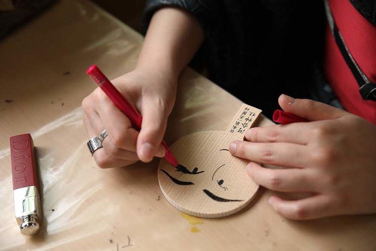 メイク道具でお化粧をする河合神社の鏡絵馬