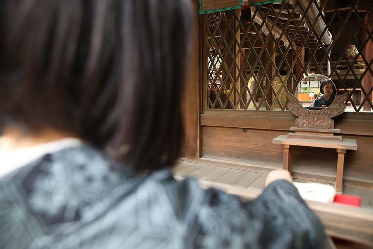 鏡絵馬の姿を本殿の祭壇に映す