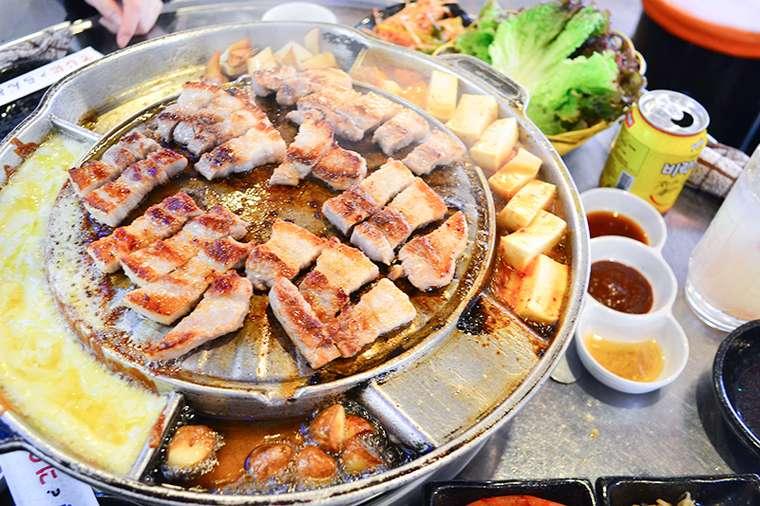 新大久保 韓国料理「でじにらんど」 サムギョプサル 揚げニンニク キムチ豆腐 チーズ