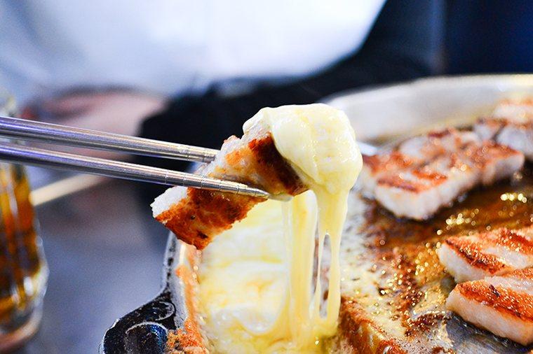 新大久保 韓国料理「でじにらんど」 サムギョプサル チーズにつけて