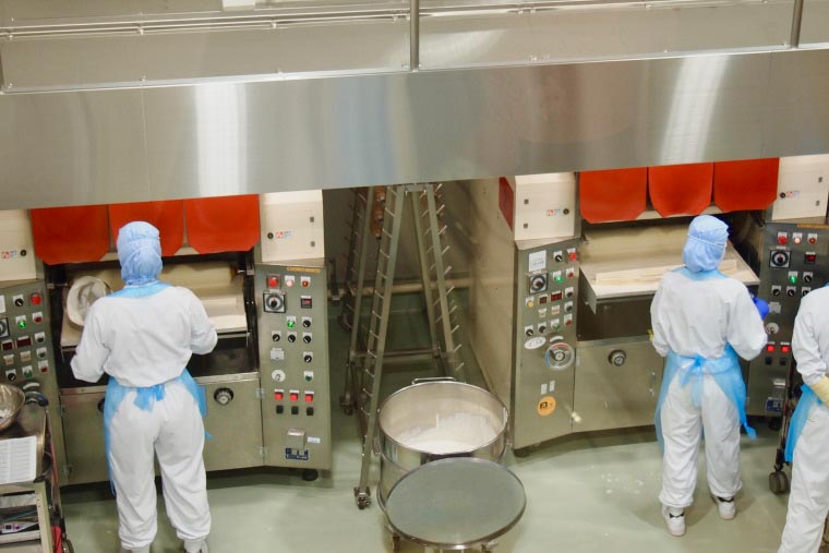 バウムクーヘンの製造ライン