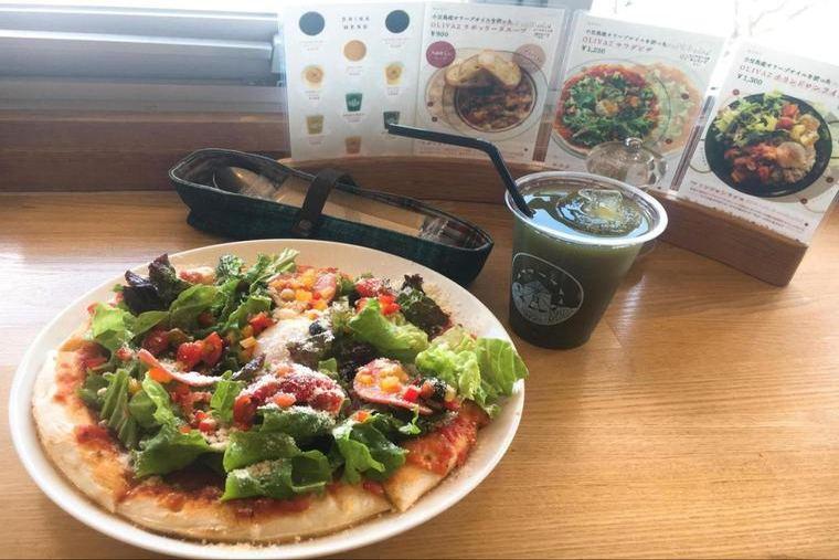 カフェ「OLIVAZ」のサラダピザ