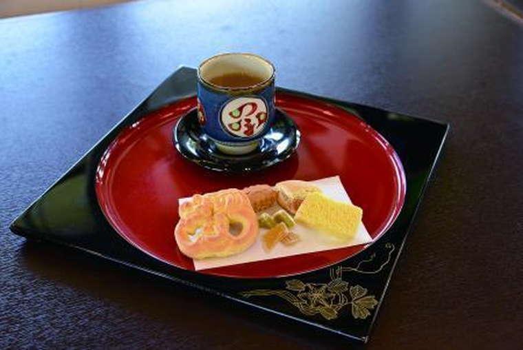 国営沖縄記念公園(首里城公園)の鎖之間の伝統菓子とお茶