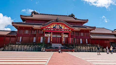 沖縄・首里城と城下町を散策!極彩色の琉球王朝へ。2019年新エリアも満喫