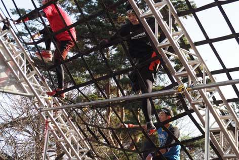 不安定なベルトを登る