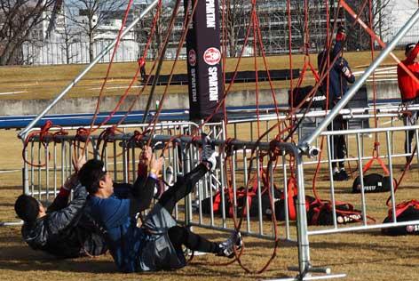 重りを引っ張る障害物に挑戦する参加者