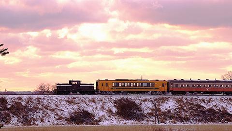 ストーブ列車で冬の銀世界を行く!太宰治ゆかりの青森・奥津軽へ