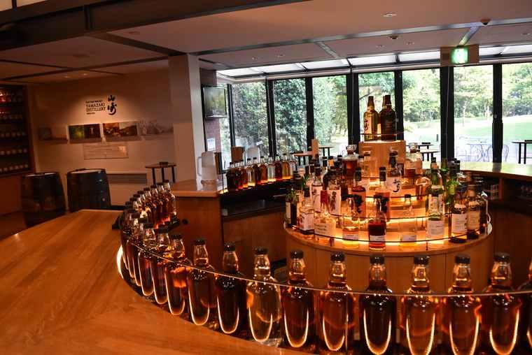山崎ウイスキー館には約30種類のウイスキーが揃う