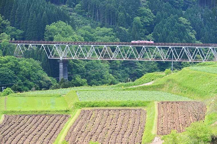 高千穂鉄橋を渡るあまてらす鉄道のスーパーカート
