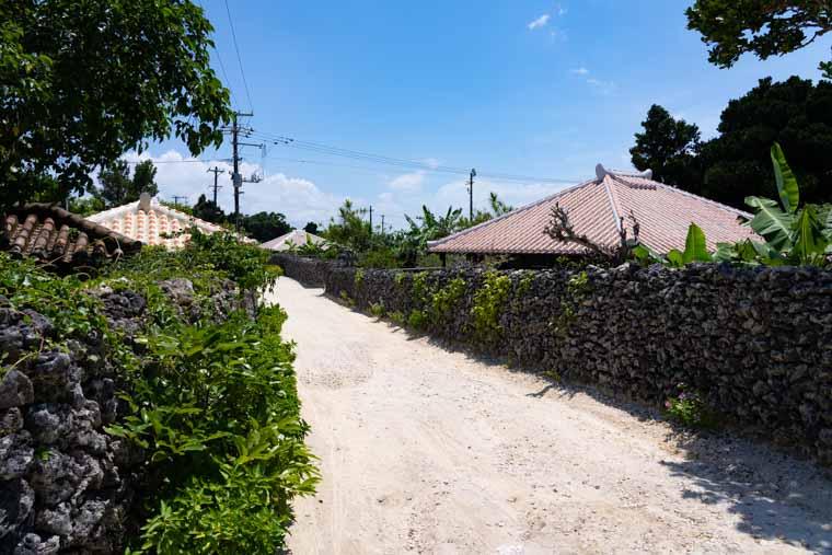 竹富島の集落の道