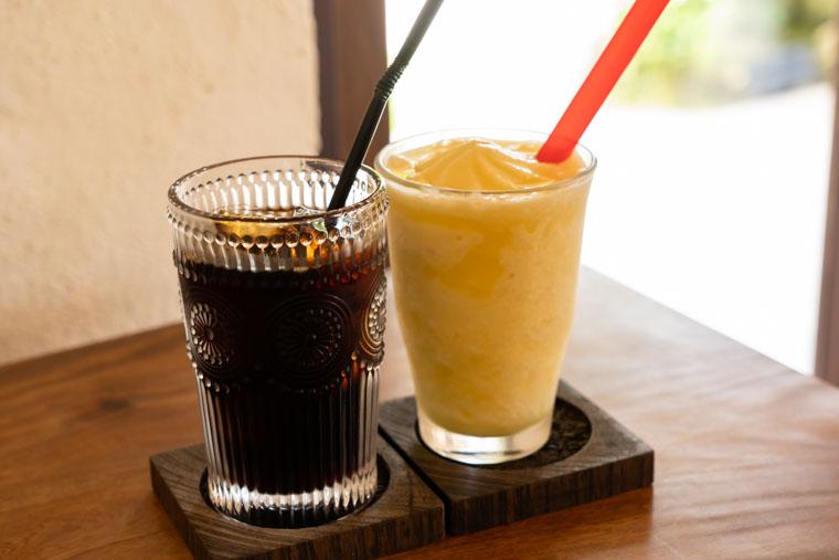 「カフェ&バー ちろりん村」の生パインスムージーとアイスコーヒー