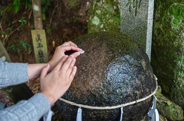玉作湯神社 本殿右手の「願い石」