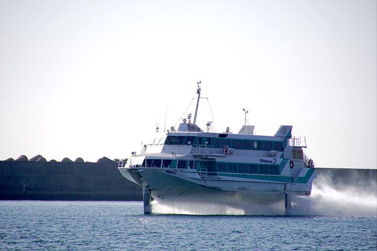 鹿児島から種子島へ向かう高速船
