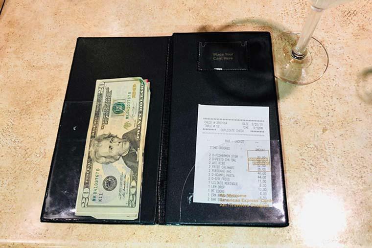 レストランのチップは現金でもカードでもOK! ただし、二重払いに注意!