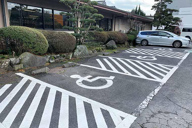 旅館の駐車場には十分なスペースが