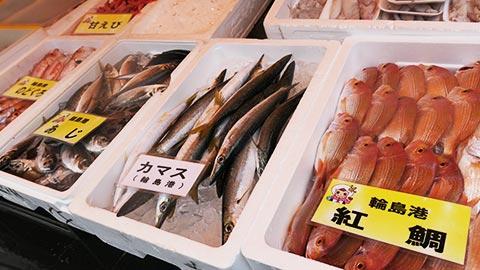 輪島朝市で海鮮ざんまい!食べ歩きスイーツに工芸品雑貨のお土産も