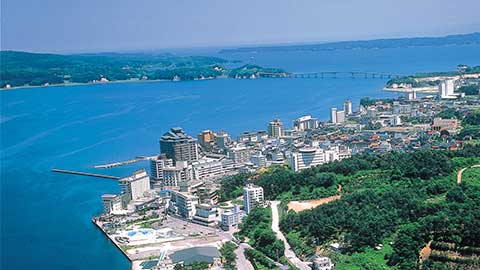石川・和倉温泉の湯めぐりやグルメを満喫!開放的な海辺の温泉街を散策