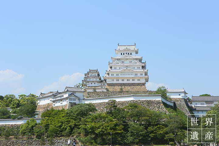 夏の陽射しに輝く「姫路城」。美しき世界遺産を目指して歩く