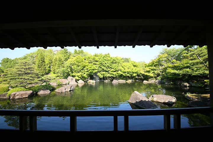 姫路城を借景にした回遊式庭園をゆっくりと歩く