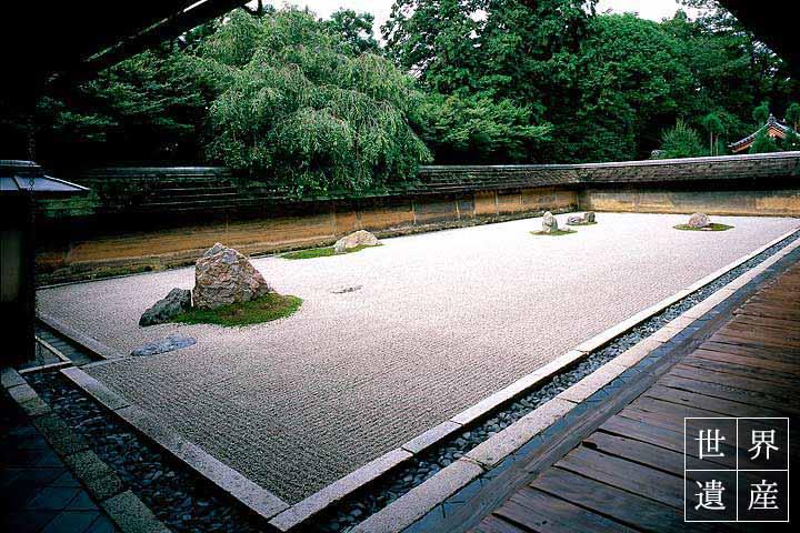 世界的に知られる龍安寺の石庭で枯山水の方丈庭園を眺める