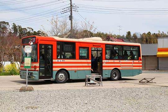 粟又の滝方面に向かうバス「養01」