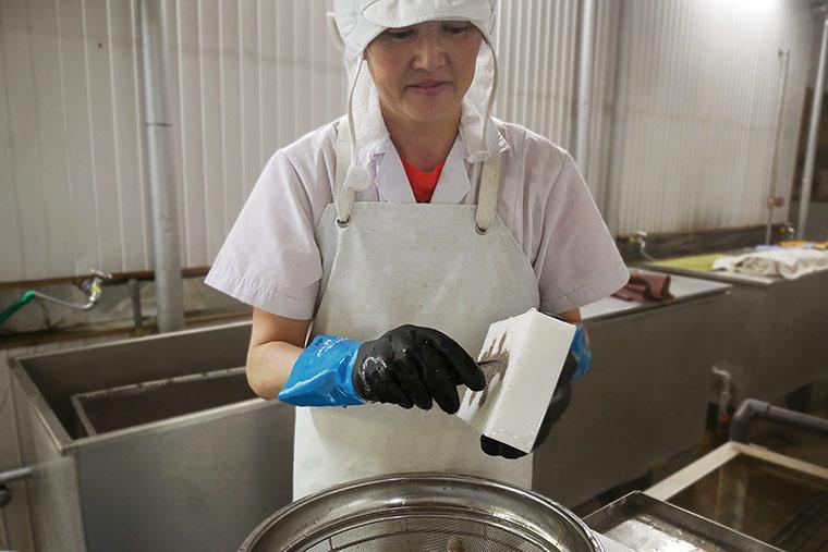 熟練の職人が手作業で製造