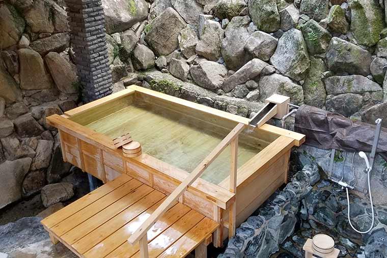 地元の有志の手でリニューアルした露天風呂