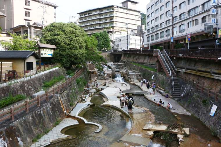 Experience the hot spring atmosphere under Taiko-bashi Bridge