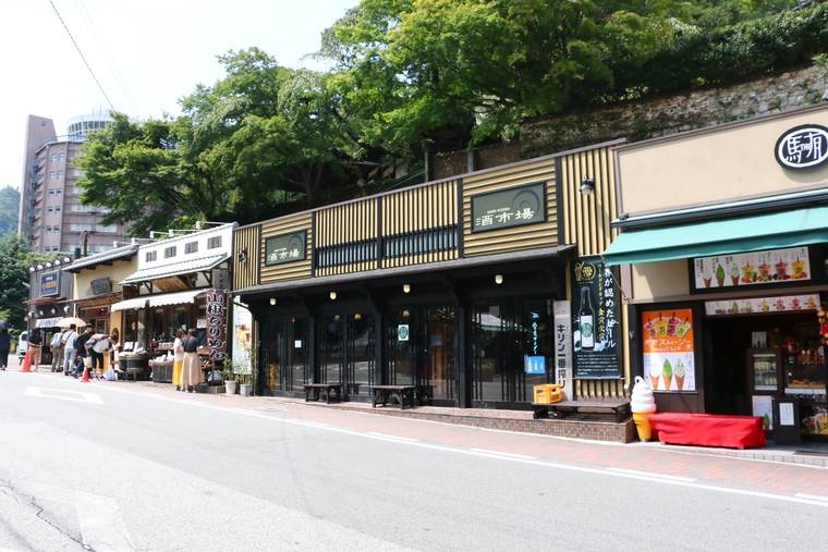 There are many spots for souvenirs around Arima-Onsen Station